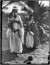 Roger-Viollet | 712891 | Women from the South of Algeria | © Neurdein frères / Roger-Viollet