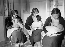 Roger-Viollet   715770   Maternity hospital. Breast-feeding, 1940-1944. Photograph by René Giton (known as René-Jacques, 1908-2003). Bibliothèque historique de la Ville de Paris.   © René-Jacques / BHVP / Roger-Viollet