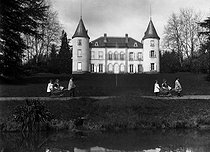 Roger-Viollet | 716296 | Photographic effect. Children playing in the park of a castle, around 1900. | © Henri Roger / Roger-Viollet
