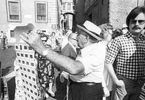 Roger-Viollet | 717188 | Slides seller. Rome (Italy), 1970's. | © Jean-Pierre Couderc / Roger-Viollet