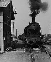 Roger-Viollet | 718602 | Along the river Deûle. Locomotive. Lille (France), 1953. Photograph by Jean Marquis (1926-2019). | © Jean Marquis / Roger-Viollet