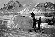 Roger-Viollet | 718934 | Expédition polaire du docteur Jean-Baptiste Charcot (1867-1936). Construction d'une maison de neige pendant l'hivernage. | © Jacques Boyer / Roger-Viollet