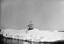 Roger-Viollet | 721315 | Polar expedition of Jean-Baptiste Charcot (1867-1936), French scientist and explorer. His boat, the  Pourquoi pas ? , blocked by the frozen sea. | © Jacques Boyer / Roger-Viollet