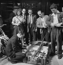 Roger-Viollet | 722278 | World War II. Liberation of Paris. Beginning of the Parisian insurrection. Weapons and ammunition boxes taken from the Germans. Paris (IInd arrondissement), 29 rue du Mail, August 20, 1944. Photograph by Jean Roubier (1896-1981). | © Fonds Jean Roubier / Roger-Viollet