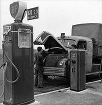Roger-Viollet | 722425 | Filling up the water tank of a lorry in a BP service station. France, about 1952. | © Roger-Viollet / Roger-Viollet