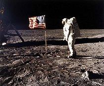 Roger-Viollet | 723599 | Mission spatiale américaine Apollo XI. Edwin Eugene Aldrin, astronaute américain et le drapeau des Etats-Unis, sur la lune. 20 juillet 1969. | © Roger-Viollet / Roger-Viollet