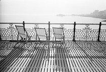Roger-Viollet | 724934 | Deckchairs. Brighton (England), on August 5, 1980. | © Jean-Pierre Couderc / Roger-Viollet