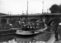 Roger-Viollet | 725149 | Le nouveau yacht école de TSF. Paris, vers 1920. | © Roger-Viollet / Roger-Viollet