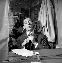 Roger-Viollet | 726847 | Serge Gainsbourg (1928-1991), French singer-songwriter. Paris, théâtre de l'Etoile, September 1959. | © Studio Lipnitzki / Roger-Viollet