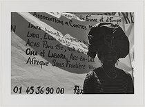 Roger-Viollet | 728349 | Marche mondiale des femmes contre les violences et la pauvreté. Juin 2000. Femme africaine. Photographie de Catherine Deudon (née en 1940). Paris, Bibliothèque Marguerite Durand. | © Catherine Deudon / Bibliothèque Marguerite Durand / Roger-Viollet