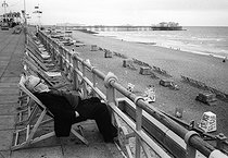 Roger-Viollet | 728448 | Man on a terrace facing the sea. Brighton (England), on August 5, 1980. | © Jean-Pierre Couderc / Roger-Viollet