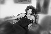Roger-Viollet   729131   Régine Deforges (1935-2014), French writer, at her place. Paris, on August 14, 1975.   © Jean-Régis Roustan / Roger-Viollet