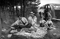 Roger-Viollet | 730116 | Family having a picnic. France, around 1935. | © Roger-Viollet / Roger-Viollet