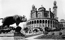 Roger-Viollet | 730976 | 1900 World Fair in Paris. Trocadero palace. In the foreground, the rhinoceros by Alfred Jaquemart. One of the four golden animal sculptures around the Trocadero fountain. | © Albert Harlingue / Roger-Viollet