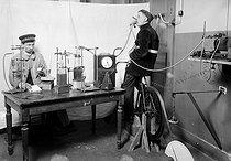 Roger-Viollet | 731460 | Expérience du Docteur Amar sur la  Machine humaine . Paris, 1911. | © Jacques Boyer / Roger-Viollet