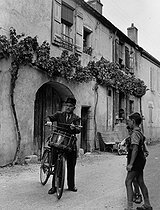 Roger-Viollet | 732317 | Rural policeman annoucing the news in Rully (Saône-et-Loire), 1955. Photograph by Janine Niepce (1921-2007). | © Janine Niepce / Roger-Viollet