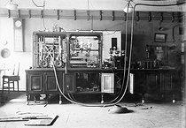 Roger-Viollet | 735020 | Radio diffusion. Poste de TSF de la Tour Eiffel. 1923. | © Roger-Viollet / Roger-Viollet