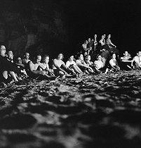 Roger-Viollet | 737968 | Camping and Culture association. Campfire. Villeneuve-sur-Auvers (France), 1936-1938. Photograph by Marcel Cerf (1911-2010). Bibliothèque historique de la Ville de Paris. | © Marcel Cerf / BHVP / Roger-Viollet