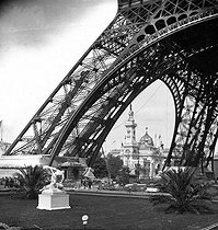 Roger-Viollet | 738326 | 1889 World Fair in Paris. The Eiffel Tower and the Brazil palace. Stereoscopic view. | © Léon & Lévy / Roger-Viollet