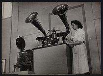 Roger-Viollet | 738434 | Le chronophonographe de Léon Gaumont, présenté lors d'une exposition consacrée au centenaire de la photographie. Paris, muséum d'Histoire naturelle (VIème arr.), 12 juin 1951. | © Collection Harlingue / Roger-Viollet
