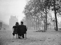 Roger-Viollet | 743309 | Couple in the Tuileries Garden. Paris, 1945. | © LAPI / Roger-Viollet