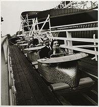 Roger-Viollet | 743889 | Rollercoaster at the Luna Park fun fair | © Roger Schall / Musée Carnavalet / Roger-Viollet