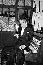 Roger-Viollet | 744546 | Serge Gainsbourg (1928-1991), French singer-songwriter. Paris, on April 1st, 1982. | © Roger-Viollet / Roger-Viollet