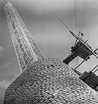 Roger-Viollet | 744989 | World War II. Obelisk at the place de la Concorde protected from bombings. Paris (VIIIth arrondissement), 1939-1940. | © Laure Albin Guillot / Roger-Viollet