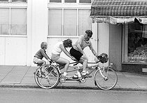 Roger-Viollet | 746857 | Family on a tandem tricycle. Brighton (England), on August 5, 1980. | © Jean-Pierre Couderc / Roger-Viollet