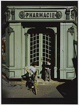 Roger-Viollet | 747175 | Drugstore, 22 rue Jean-Pierre Timbaud. Paris (XIth arrondissement), 1981. Photograph by Felipe Ferré (born in 1934). Paris, musée Carnavalet. | © Felipe Ferré / Musée Carnavalet / Roger-Viollet