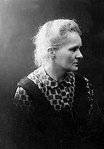 Roger-Viollet | 748830 | Marie Curie (1867-1934), French physicist. Photograph by Henri Manuel. | © Henri Manuel / Collection Harlingue / Roger-Viollet