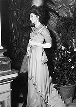Roger-Viollet | 751817 | Viscountess Jacqueline de Ribes (born in 1929), French fashion designer, attending the Proust ball organized by the Rothschild.$$$ | © Jack Nisberg / Roger-Viollet
