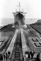 Roger-Viollet | 751904 | Launching of the SS France, French liner. Saint-Nazaire (France), on May 12, 1960. | © Bernard Lipnitzki / Roger-Viollet