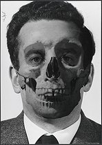 Roger-Viollet   754264   My face, advertising study. Pierre Jahan's face as a skull. Photograph by Pierre Jahan (1909-2003).   © Pierre Jahan / Roger-Viollet
