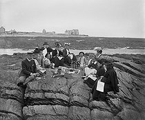Roger-Viollet | 754443 | Piriac (Loire-Atlantique). Family lunch on the beach, in 1905. | © Ernest Roger / Roger-Viollet