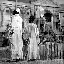 Roger-Viollet | 754674 | Place de l'Indépendance. Dakar (Senegal), 1963. Photograph by Hélène Roger-Viollet (1901-1985). | © Hélène Roger-Viollet / Roger-Viollet