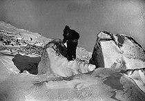 Roger-Viollet | 756238 | Expédition polaire du docteur Jean-Baptiste Charcot (1867-1936). Rocher fendu par le gel. | © Jacques Boyer / Roger-Viollet