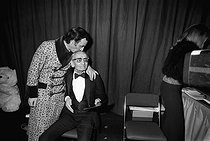 Roger-Viollet | 756490 | Charles Aznavour (1924-2018), Armenian-born French singer-songwriter and actor, with his father. Gala at the Olympia. Paris, on January 6, 1976. | © Patrick Ullmann / Roger-Viollet