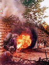 Roger-Viollet | 758812 | Guerre 1939-1945. Opération Barbarossa (invasion de l'URSS par la Wehrmacht). Soldats allemands attaquant un bunker au lance-flammes, 1941. | © Bilderwelt / Roger-Viollet