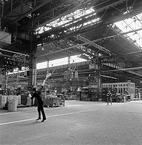 Roger-Viollet | 763944 | Events of May-June 1968. Striking workers playing badminton at the Citroën car factory, quai de Javel. Paris, May 1968. Photograph by Georges Azenstarck (born in 1934). | © Georges Azenstarck / Roger-Viollet