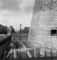 Roger-Viollet | 765138 | World War II. The obelisk at the place de la Concorde protected from bombings. Paris, 1939-1940. | © Laure Albin Guillot / Roger-Viollet