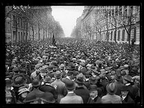 Roger-Viollet | 766916 | Rally in memory of Jean Jaurès (1859-1914), French politician, after the acquittal of his assassin, Raoul Villain (1885-1936). Paris, on April 6, 1919. The crowd, avenue Malakoff. Photograph published in the newspaper  Excelsior  on Monday, April 7, 1919. | © Excelsior - L'Equipe / Roger-Viollet