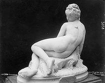 Roger-Viollet | 770524 | Jeune fille au bain | © Léopold Mercier / Roger-Viollet