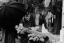 Roger-Viollet | 771577 | Peinture représentant la reine Elisabeth II, Philip d'Edimbourg, le président Georges Pompidou et Mme Claude Pompidou lors de leur venue en France. Paris, 16 mai 1972. | © Jean-Pierre Couderc / Roger-Viollet