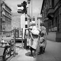 Roger-Viollet | 771820 | Street scene. Johannesburg (South Africa), 1966. Photograph by Hélène Roger-Viollet (1901-1985). | © Hélène Roger-Viollet / Roger-Viollet