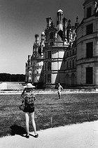 Roger-Viollet | 771887 | Tourists at the royal Château de Chambord (France), Summer 1983. | © Jean-Pierre Couderc / Roger-Viollet