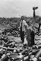 Roger-Viollet | 773767 | Villagers collecting shell casings on the Eastern front on road number 4. Cambodia, 1974. | © Françoise Demulder / Roger-Viollet