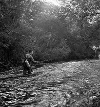 Roger-Viollet   775669   Tony Burnand (1892-1969), photographe et écrivain français, pêchant à la mouche en Bretagne. 1945-1946.   © Tony Burnand / Roger-Viollet