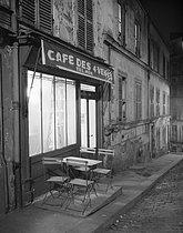 Roger-Viollet   778236   Montmartre,  Café des 4 Vents , 18 rue du Chevalier-de-la-Barre, at night. Paris (XVIIIth arrondissement), 1947. Photograph by René Giton (known as René-Jacques, 1908-2003). Bibliothèque historique de la Ville de Paris.   © René-Jacques / BHVP / Roger-Viollet