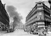 Roger-Viollet | 778781 | World War II. Liberation of Paris. Tanks attacking the Kommandantur located on the place de l'Opéra, under the command of Philippe Leclerc (1902-1947), French General. | © LAPI / Roger-Viollet